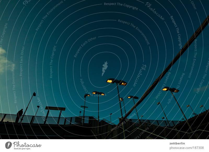 Beleuchteter Übergang Himmel Stadt Tod Lampe Beleuchtung gehen Treppe Brücke Niveau Geländer Treppengeländer Brückengeländer Scheinwerfer Textfreiraum