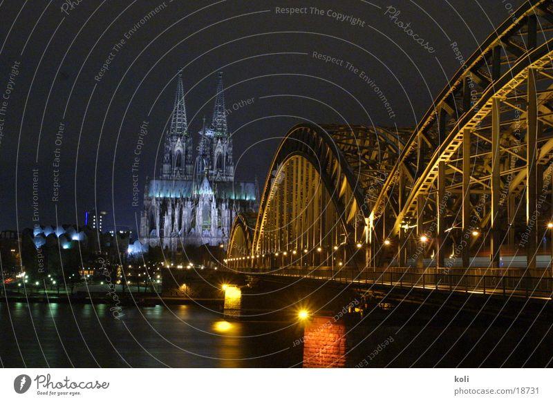 Kölner Dom bei Nacht dunkel Lampe Langzeitbelichtung Architektur Rhein Brücke