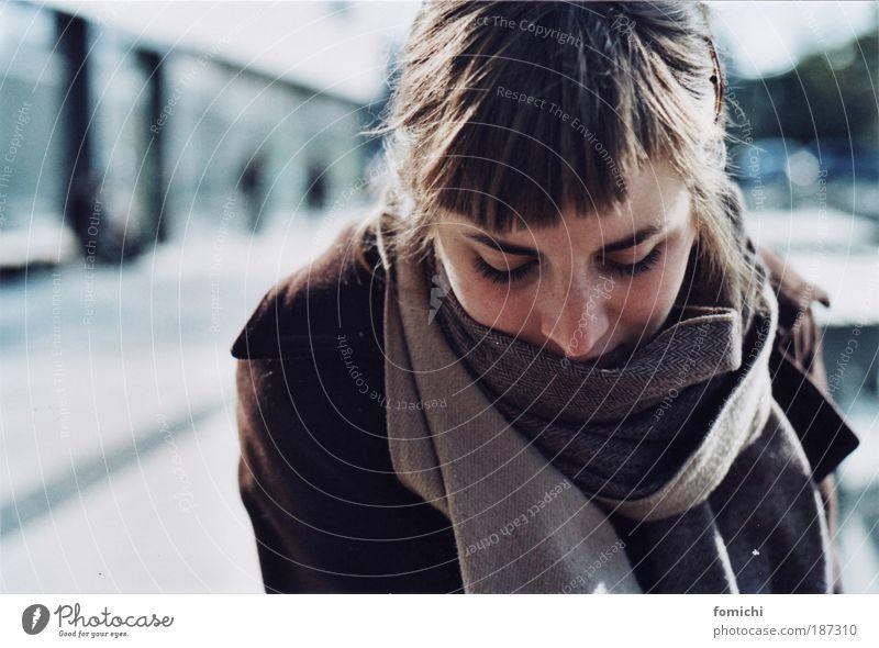 winterlicht feminin Junge Frau Jugendliche 1 Mensch 18-30 Jahre Erwachsene Herbst Winter Mantel Schal Pony Denken frieren kalt Neugier Interesse Hoffnung