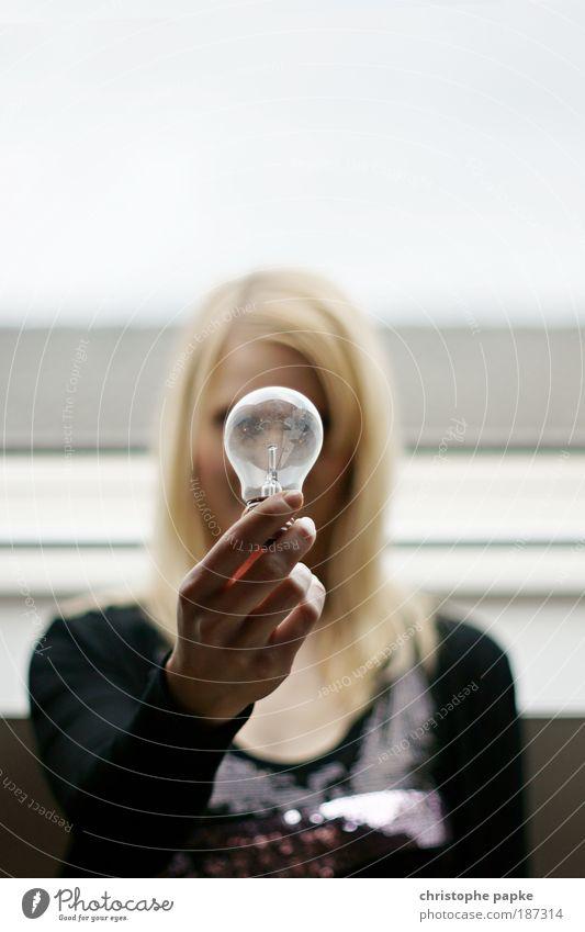 Energielos Frau Mensch Jugendliche Erwachsene Gesicht feminin Kopf Haare & Frisuren Lampe Glas dreckig Energiewirtschaft Häusliches Leben Vergänglichkeit