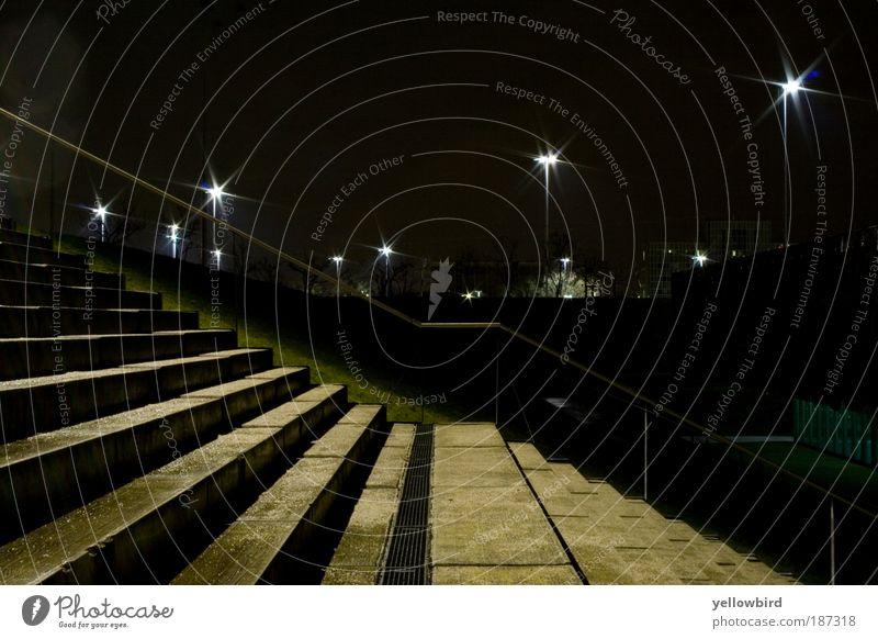 Stairway Stadt dunkel kalt nass Treppe ästhetisch Nachthimmel außergewöhnlich Perspektive Hauptstadt