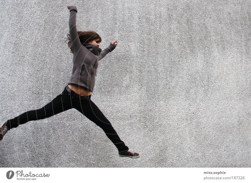 learning to fall Frau Jugendliche Mensch Freude Leben Wand springen Bewegung Freiheit grau Beine Zufriedenheit Gesundheit Körper