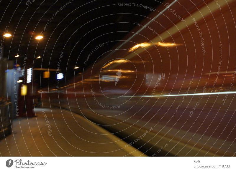 Da ist der Zug abgefahren Köln Eisenbahn Langzeitbelichtung Geschwindigkeit dunkel Nacht Verkehr Hauptbahnhof Kurve Unschärfe Abfahrt