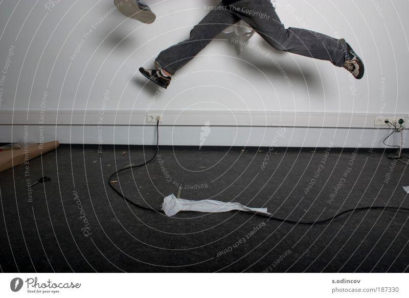 Springen und Fangen Junger Mann Jugendliche Beine 1 Mensch 18-30 Jahre Erwachsene Mauer Wand Jeanshose Turnschuh Toilettenpapier fangen rennen springen Coolness