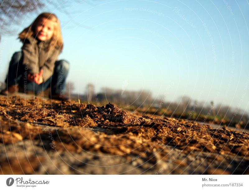 kacke Natur Mädchen Kind braun Feld dreckig Mensch Umwelt Klima Kot Duft Ekel Schönes Wetter Umweltverschmutzung vertrocknet Klimawandel