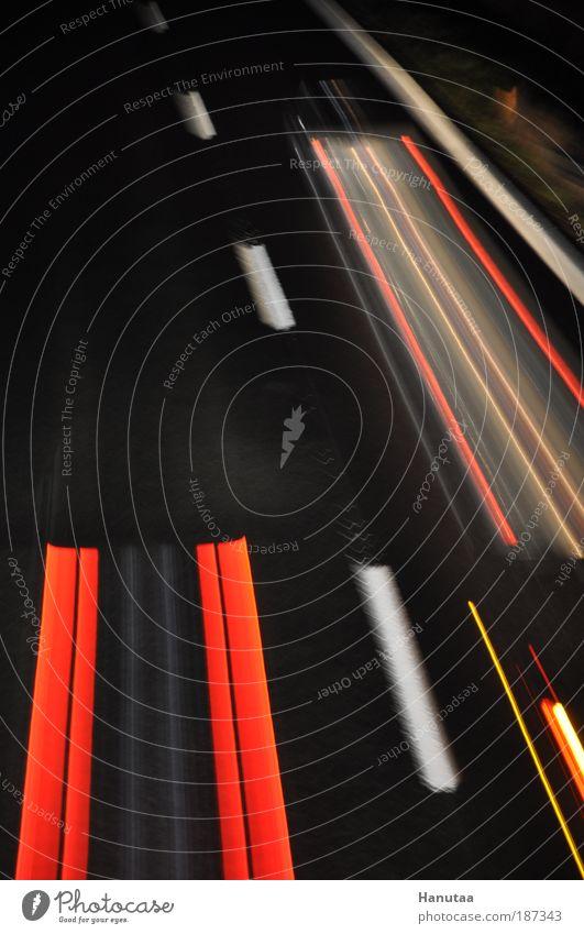 Autobahn bei Nacht rot Straße PKW Linie glänzend Straßenverkehr Beton Verkehr fahren Streifen Lastwagen Schatten Schnur