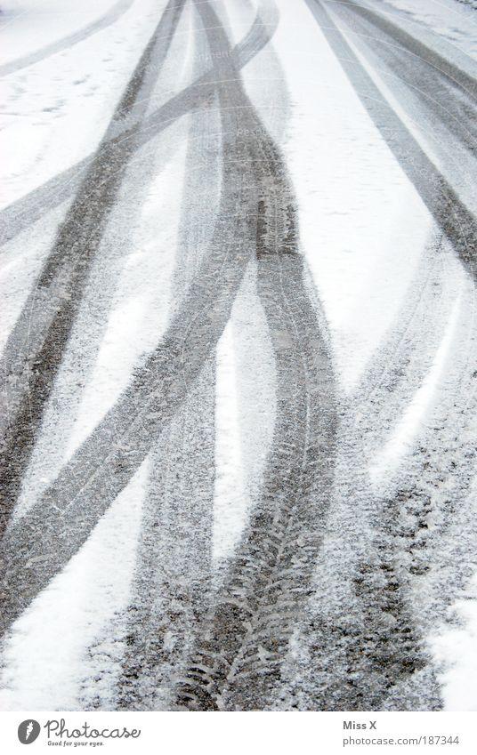 Spuren im Schnee Winter Wetter schlechtes Wetter Eis Frost Verkehr Verkehrswege Straße fahren kalt weiß Reifen Reifenspuren Schneeflocke Linie Farbfoto
