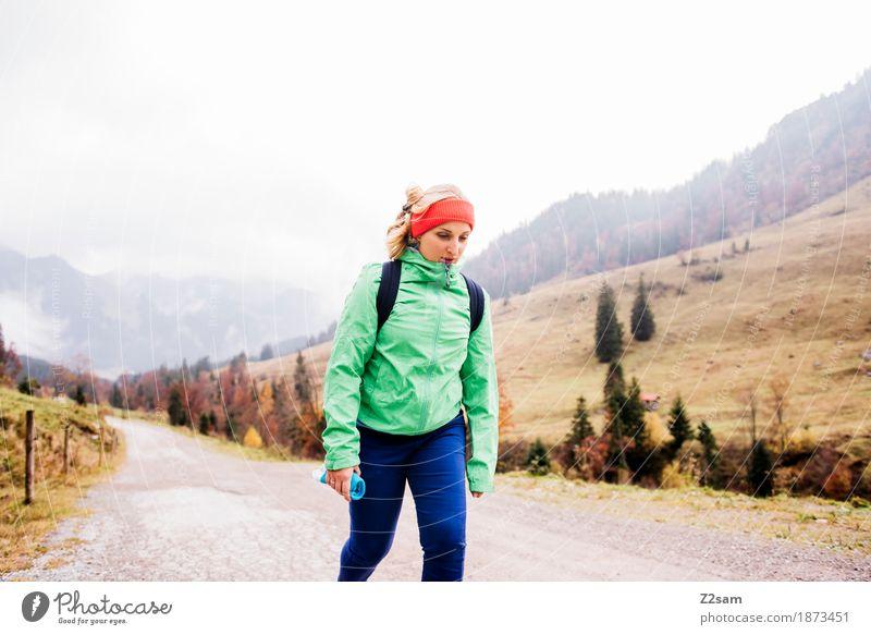 Aufwärts Lifestyle Berge u. Gebirge wandern Sport Junge Frau Jugendliche 18-30 Jahre Erwachsene Natur Landschaft Herbst schlechtes Wetter Nebel Alpen Rucksack