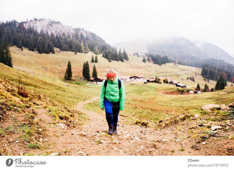 es ist ein langer langer Weg Freizeit & Hobby Berge u. Gebirge wandern Sport Frau Erwachsene 30-45 Jahre Natur Landschaft Herbst schlechtes Wetter Nebel Alpen