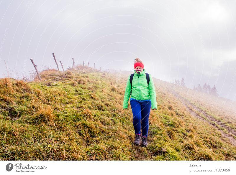 Irgendwo im nirgendwo Natur Jugendliche Junge Frau Landschaft Einsamkeit ruhig dunkel 18-30 Jahre Berge u. Gebirge Erwachsene kalt Herbst natürlich Sport gehen