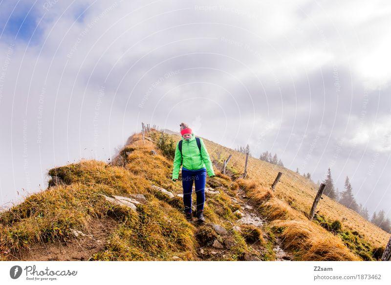 Abwärts Berge u. Gebirge wandern Sport Frau Erwachsene Natur Landschaft Wolken Sonne Herbst Nebel Gras Alpen Rucksack Stirnband blond gehen trendy sportlich Mut
