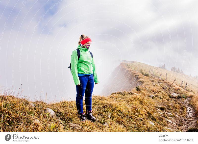 brrrrrrr! Berge u. Gebirge wandern Sport Frau Erwachsene Natur Landschaft Wolken Sonne Herbst Nebel Alpen Gipfel Stirnband Rucksack blond stehen Coolness