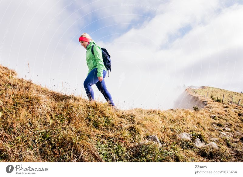 Gratwanderung Frau Natur Jugendliche Landschaft Erholung Einsamkeit Wolken 18-30 Jahre Berge u. Gebirge Erwachsene Herbst Sport gehen Freizeit & Hobby Nebel