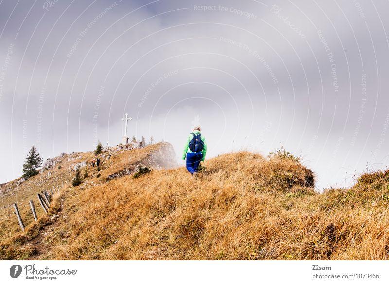 Gipfelstürmerin Frau Natur Sonne Landschaft Erholung Einsamkeit Berge u. Gebirge Erwachsene Herbst Wege & Pfade natürlich Sport gehen Nebel wandern Kraft