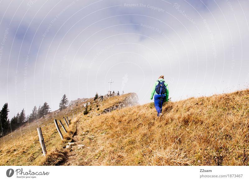 Gipfelstürmer Berge u. Gebirge wandern Sport Frau Erwachsene Natur Landschaft Sonne Herbst Schönes Wetter Nebel Alpen Sportbekleidung Rucksack blond Erholung