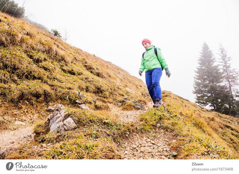 abstieg Freizeit & Hobby Berge u. Gebirge wandern Sport Frau Erwachsene 18-30 Jahre Jugendliche Natur Landschaft schlechtes Wetter Nebel Alpen Rucksack blond