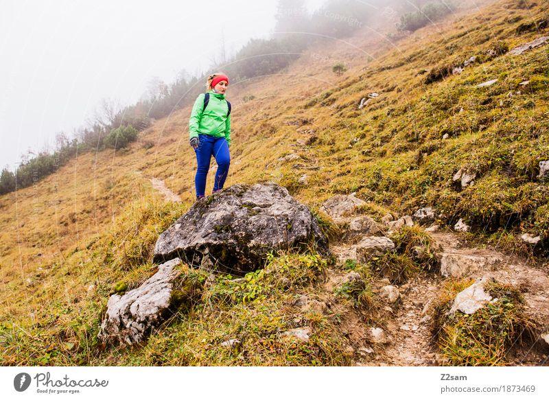 Frühling? Frau Ferien & Urlaub & Reisen grün Landschaft Erholung Einsamkeit Berge u. Gebirge Erwachsene Lifestyle Herbst Sport Bewegung Felsen gehen