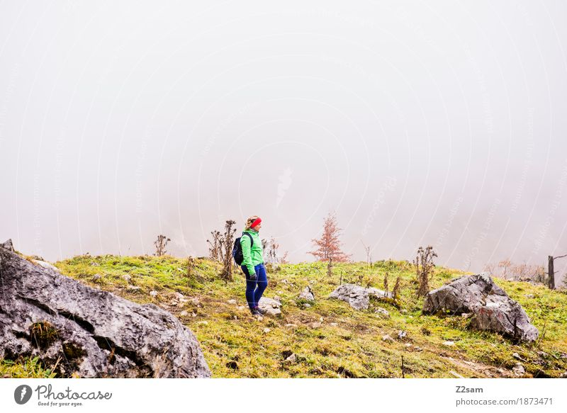 Allein auf weiter Flur Freizeit & Hobby Berge u. Gebirge wandern Sport Junge Frau Jugendliche Erwachsene 18-30 Jahre Natur Landschaft Herbst schlechtes Wetter