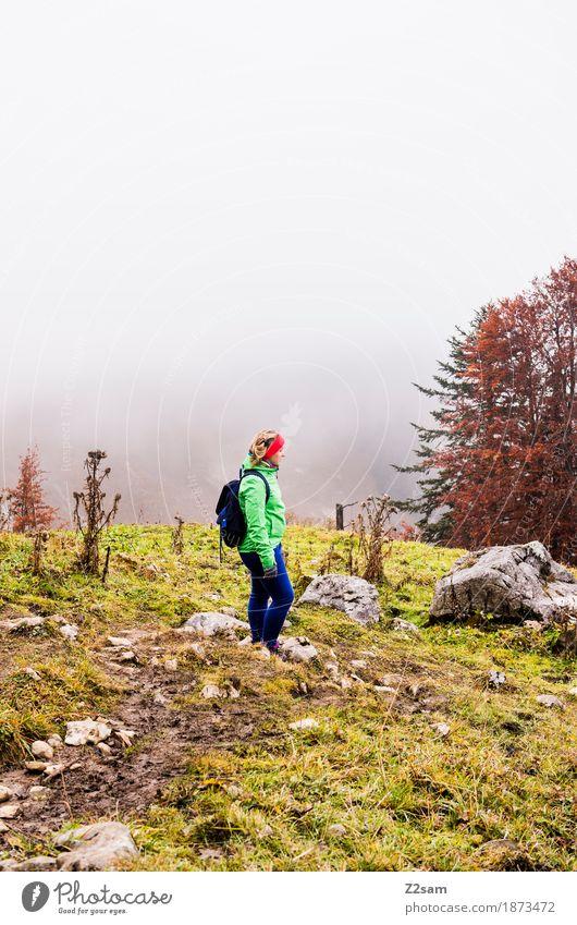 Nix los hier Freizeit & Hobby Berge u. Gebirge wandern Frau Erwachsene 18-30 Jahre Jugendliche Natur Landschaft Wolken Herbst schlechtes Wetter Nebel Baum Alpen