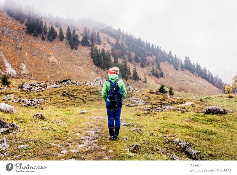 nix los hier Berge u. Gebirge wandern Sport Frau Erwachsene 18-30 Jahre Jugendliche Natur Landschaft Herbst schlechtes Wetter Nebel Wiese Alpen Gipfel Rucksack