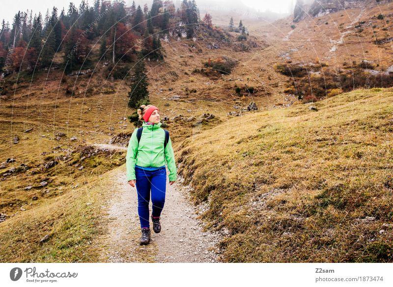 Abwärts Natur Jugendliche Junge Frau Landschaft Erholung Einsamkeit Wolken ruhig 18-30 Jahre Berge u. Gebirge Erwachsene Herbst Wege & Pfade Sport gehen