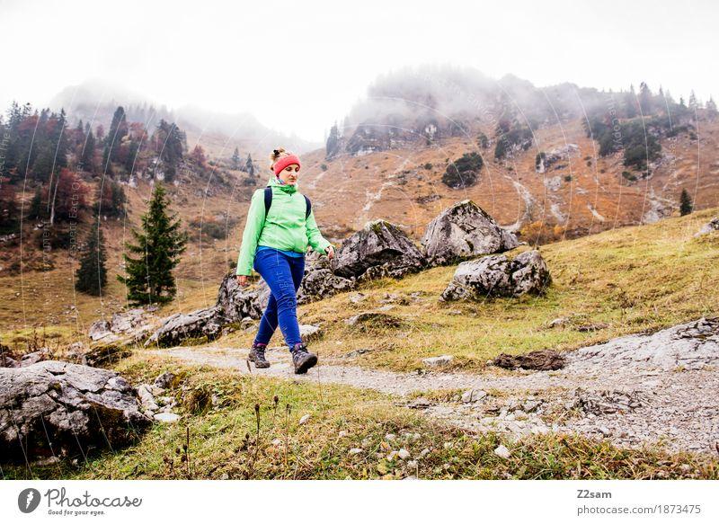stolzen Schrittes Natur Jugendliche Junge Frau Erholung Einsamkeit Wolken ruhig 18-30 Jahre Berge u. Gebirge Erwachsene Herbst Wege & Pfade Sport Gesundheit