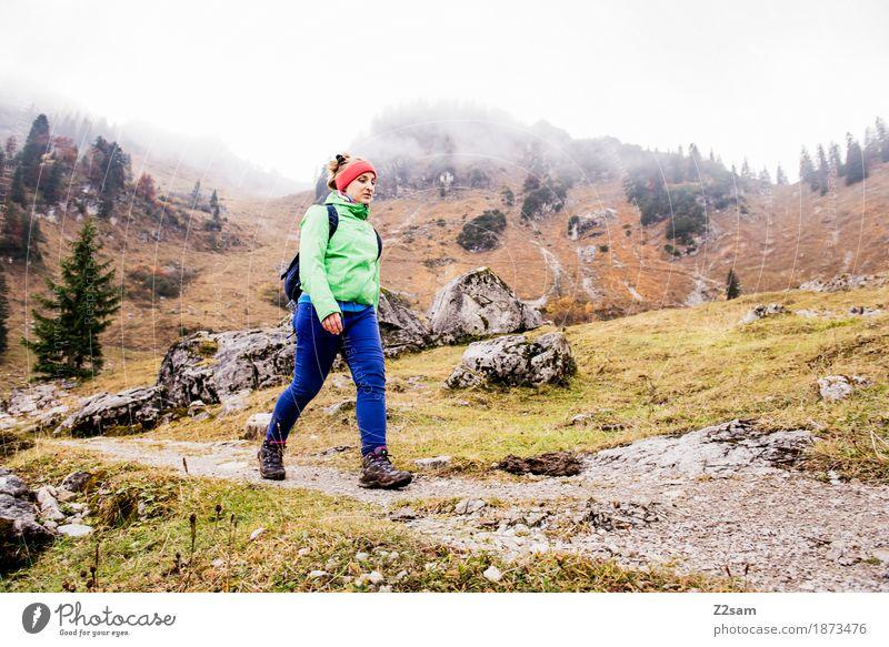 stolzen Schrittes Lifestyle Freizeit & Hobby Berge u. Gebirge wandern Sport Junge Frau Jugendliche 18-30 Jahre Erwachsene Natur Landschaft Herbst