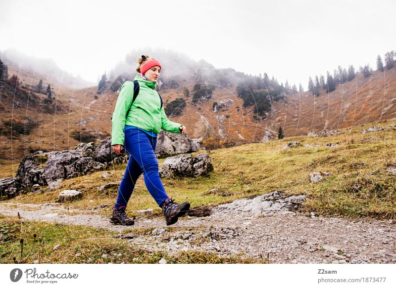 stolzen Schrittes Natur Jugendliche Junge Frau Landschaft Erholung Einsamkeit Wolken ruhig 18-30 Jahre Berge u. Gebirge Erwachsene Herbst Wege & Pfade Sport