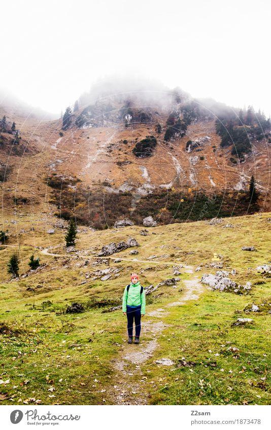 kleines Mädchen - großer Berg Freizeit & Hobby Berge u. Gebirge wandern Junge Frau Jugendliche 18-30 Jahre Erwachsene Natur Landschaft Wolken Herbst