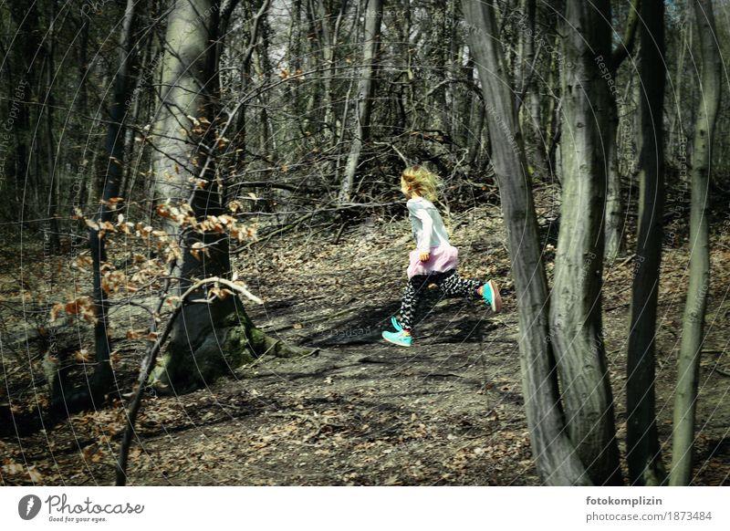herbst mädchen Kind Mädchen Kindheit 1 Mensch Natur Herbst Winter Wald rennen laufen Sport frei Gesundheit rebellisch Geschwindigkeit Gefühle Freude