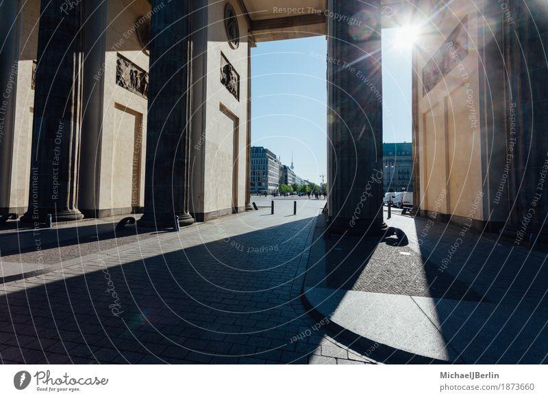 Brandenburger Tor in Berlin im Gegenlicht der Morgensonne Deutschland Hauptstadt Bauwerk Sehenswürdigkeit Wahrzeichen Tourismus Farbfoto Außenaufnahme