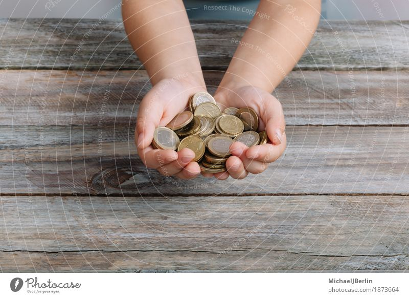 Kinder Hände halten viele Münzen von Euro Geld Mensch Hand maskulin Kindheit retro kaufen reich sparsam 3-8 Jahre Taschengeld