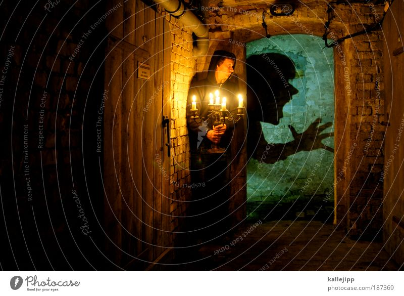 in the dungeon Mensch Haus Erwachsene Gesicht dunkel Leben träumen Wohnung Angst Freizeit & Hobby gefährlich Häusliches Leben kaputt Kerze gruselig Todesangst