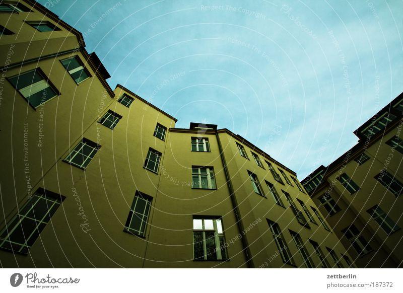 Neu! Haus hinterhaus Hinterhof Häusliches Leben Stadt Fassade Fenster Etage Projektil Mieter Vermieter steil Froschperspektive Ecke verwinkelt Himmel Domizil