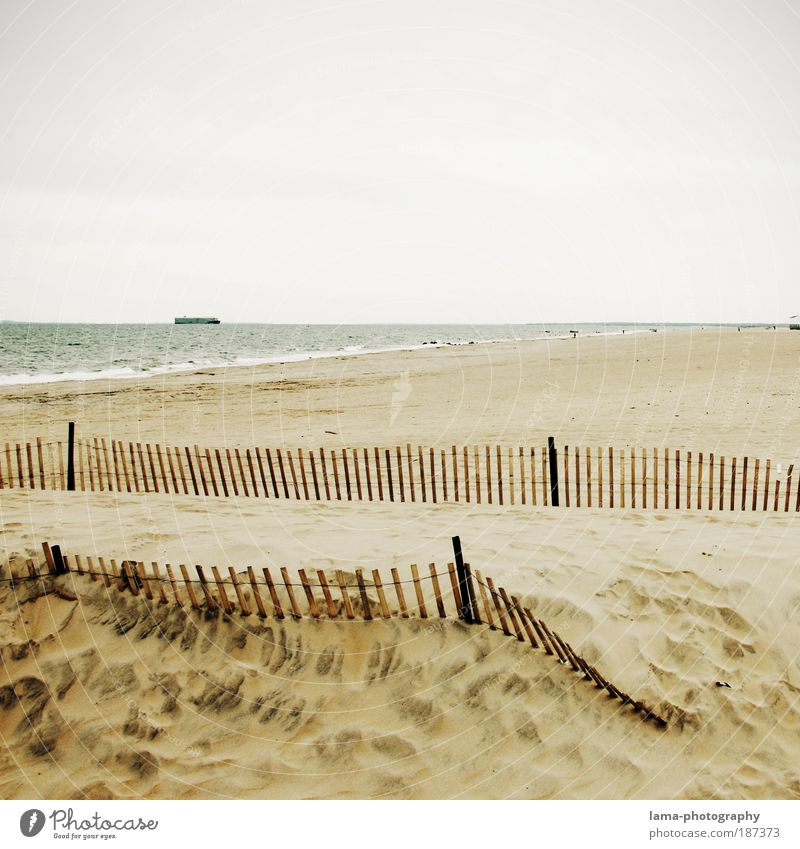 beachside Natur Meer Strand Ferien & Urlaub & Reisen ruhig Einsamkeit Ferne Sand Landschaft Wasserfahrzeug hell Klima Sehnsucht Zaun Stranddüne Fernweh