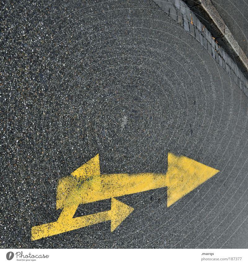 Doppel Stil Verkehr Verkehrswege Autofahren Straße Wege & Pfade Zeichen Schilder & Markierungen Linie Pfeil einfach einzigartig gelb grau Farbfoto Außenaufnahme