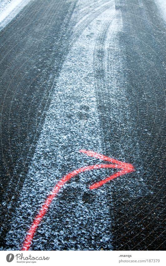 Spurwechsel Winter Schnee Verkehr Verkehrswege Autofahren Straße Zeichen Schilder & Markierungen Pfeil kalt rot Mobilität Spuren Glätte gefroren Farbfoto