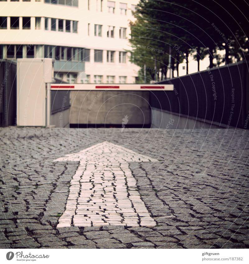 going underground Stadt Haus Straße Wege & Pfade Gebäude Barriere Architektur Schilder & Markierungen Verkehr fahren Pfeil Zeichen Platz Kopfsteinpflaster Autofahren Parkplatz