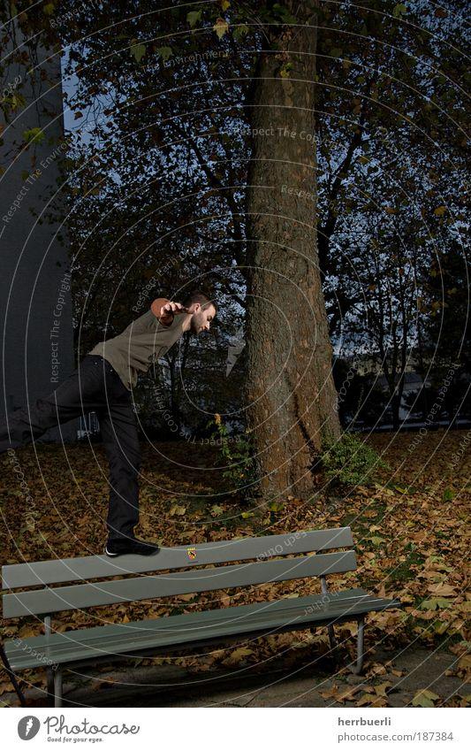 Balance in Parkdämmerung Mensch Mann Jugendliche Baum Freude Erwachsene Leben Glück Park Zufriedenheit Tanzen maskulin Lifestyle 18-30 Jahre Wohlgefühl Gleichgewicht