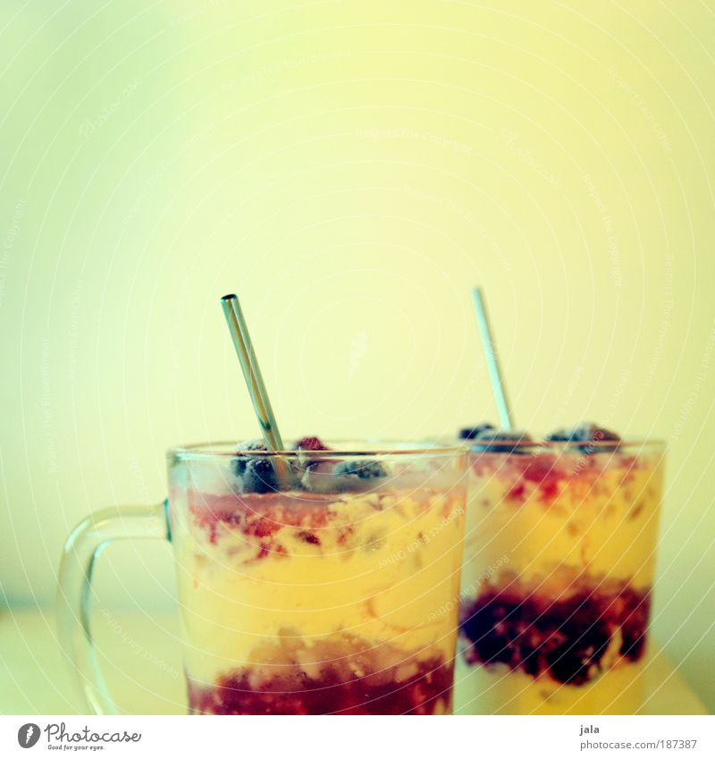 Cocktails. Glas Speiseeis Getränk süß lecker Anschnitt Dessert Saft Lebensmittel Trinkhalm fruchtig Foodfotografie Ernährung Sorbet Fruchteis