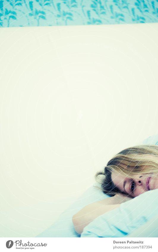 Träumende Frau in Blau Mensch Jugendliche blau ruhig Gesicht Erwachsene Erholung feminin Gefühle Kopf Haare & Frisuren träumen Zufriedenheit blond Mund Arme