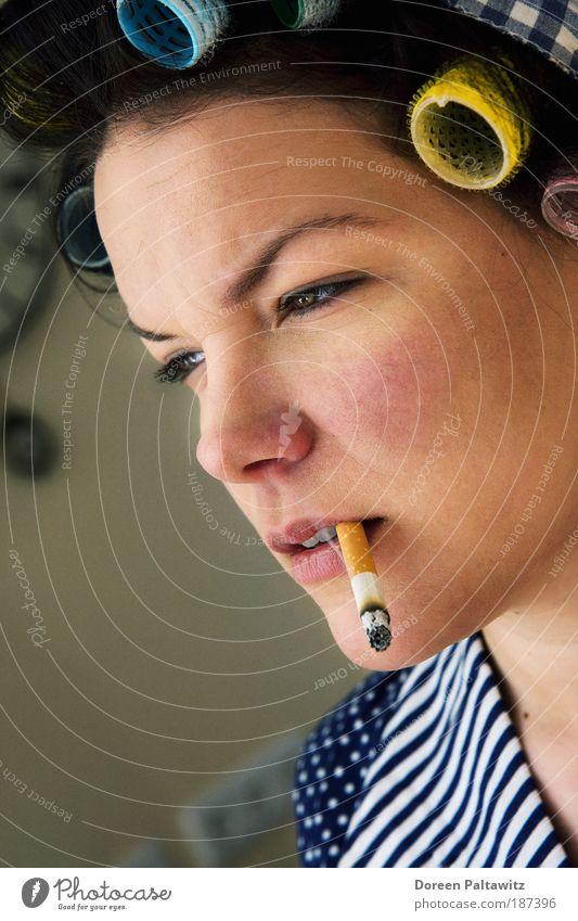 Rauchende Frau mit Lockenwicklern im Haar Mensch Jugendliche Gesicht Auge kalt Erholung Arbeit & Erwerbstätigkeit feminin Haare & Frisuren Kopf Mund Schwarzweißfoto Haut Erwachsene Nase Coolness