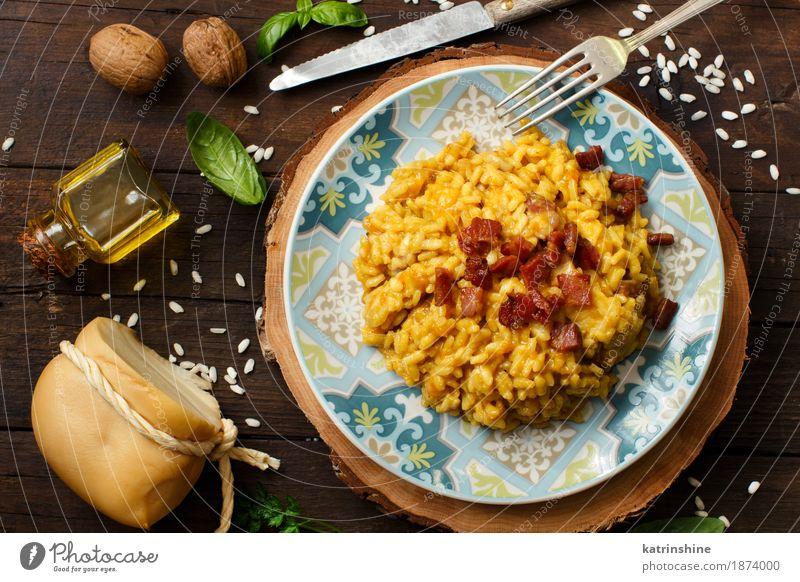Risotto mit einem Kürbis und einem Speck blau Speise gelb Holz hell Kräuter & Gewürze kochen & garen lecker Gemüse Getreide Teller Schalen & Schüsseln Flasche