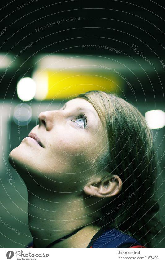 Ich kann die ersten Schneeflocken kommen sehen Frau Mensch Jugendliche schön Himmel Blick Porträt Gesicht Auge Natur feminin Haare & Frisuren Kopf Gebäude Mund