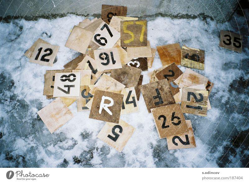 Nummern Brettspiel Zettel Holz Zeichen Schriftzeichen Ziffern & Zahlen machen trashig braun gelb grau schwarz weiß chaotisch Farbfoto Experiment abstrakt Nacht