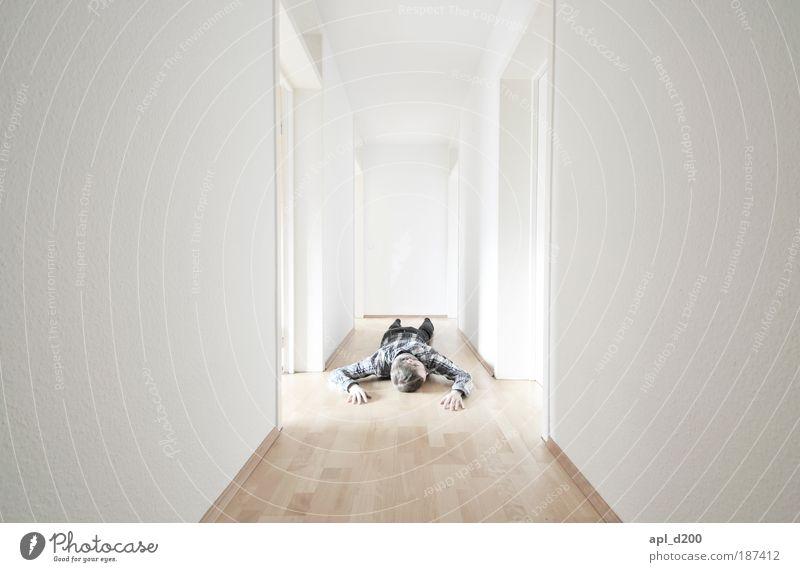 left alone Jugendliche weiß Haus Einsamkeit Tod Erwachsene maskulin ästhetisch authentisch bedrohlich liegen einzigartig außergewöhnlich Farbe Innenaufnahme Mensch