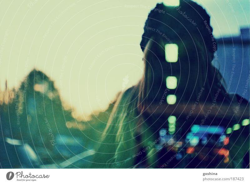 Wirklichkeitslücke Junge Frau Jugendliche Haare & Frisuren 1 Mensch 18-30 Jahre Erwachsene Wolkenloser Himmel Stadt Bahnhof Fenster Mütze blond langhaarig Glas