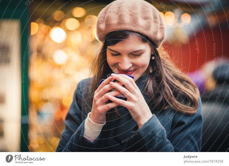 Hand- und Herzwärmer Frau Jugendliche Weihnachten & Advent Junge Frau Winter 18-30 Jahre Erwachsene Wärme gelb feminin Gesundheit Zufriedenheit trinken lecker festhalten Kitsch