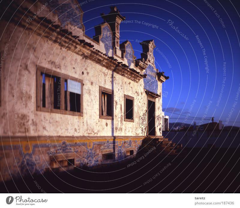 Vergangener Glanz II alt Himmel blau Wand Fenster Mauer Tür Armut Fassade ästhetisch geheimnisvoll Verfall historisch Ruine Gutshaus Portugal