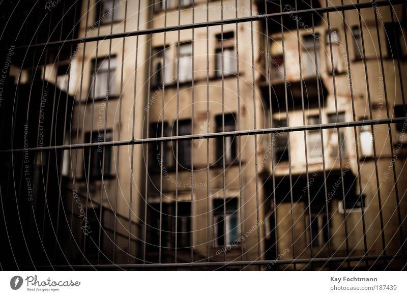 behind bars alt Stadt dunkel Fenster Gebäude braun dreckig Architektur Wohnung Hochhaus Fassade Europa Sicherheit gefährlich bedrohlich Schutz